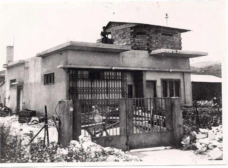 מעטפה91 תמונה2 עמדת השמירה על בית קרמר 1938